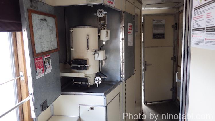 車掌室横のサモワール(給湯器)