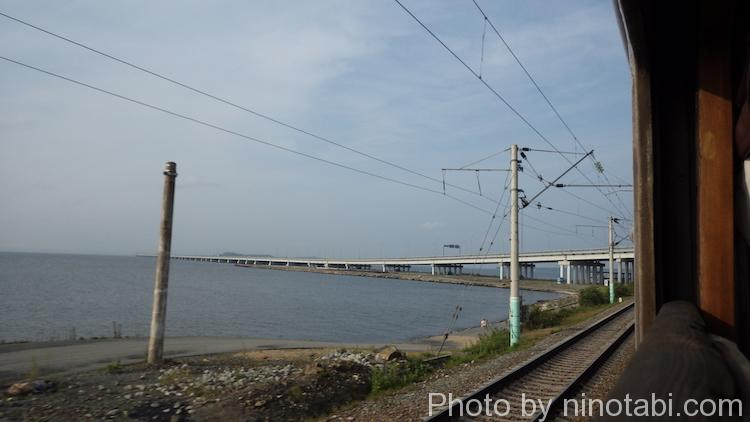 沿岸沿いを走る列車