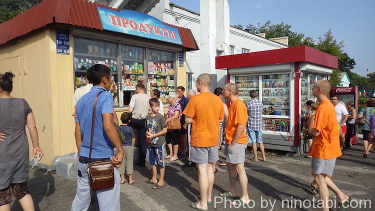 売店で食料を買い込む人たち
