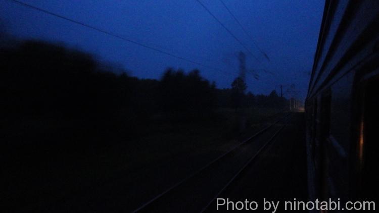 夜の霧の中を走り始めたシベリア鉄道
