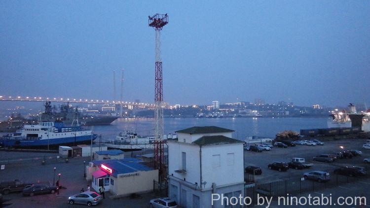 夜のウラジオストク港