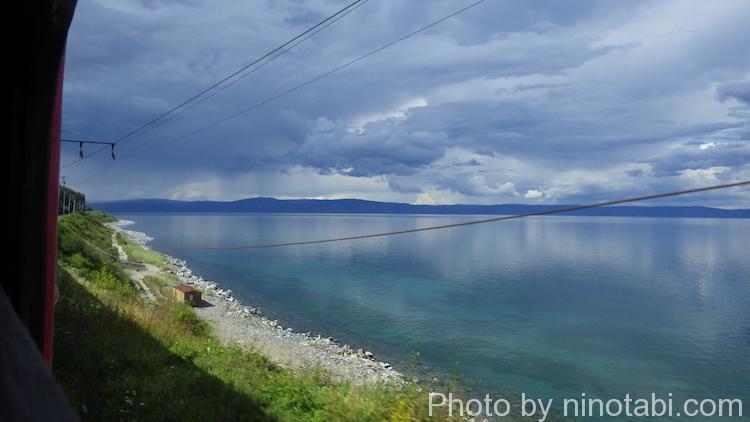 バイカル湖畔を走るシベリア鉄道からの景色