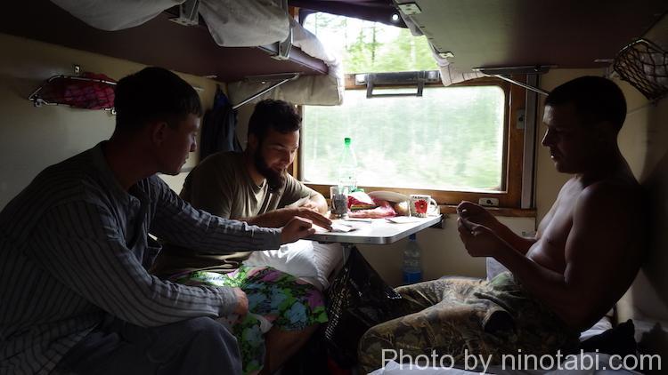 カードゲームをするミハイルとマキシムとクリス