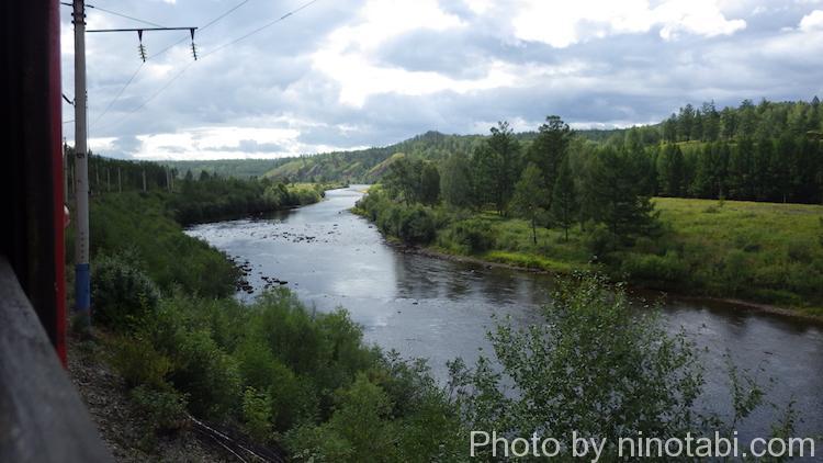 川沿いを行くシベリア鉄道