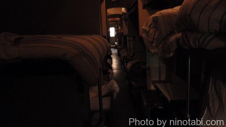 消灯後の3等寝台車