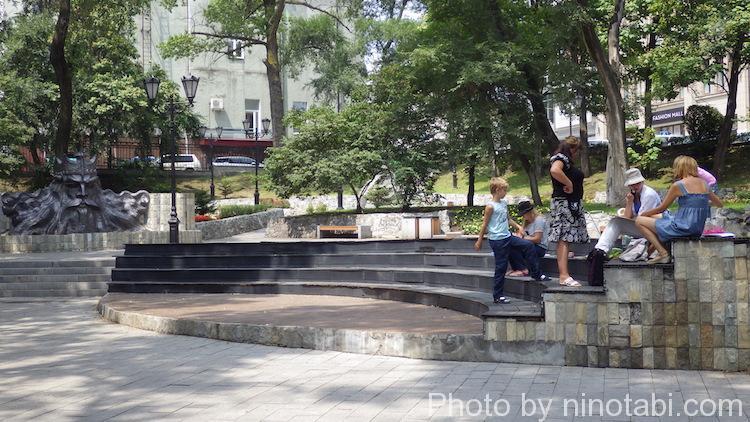 公園で絵を描いている人たち
