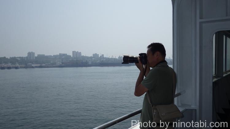 リーさんは軍艦の写真撮影に夢中