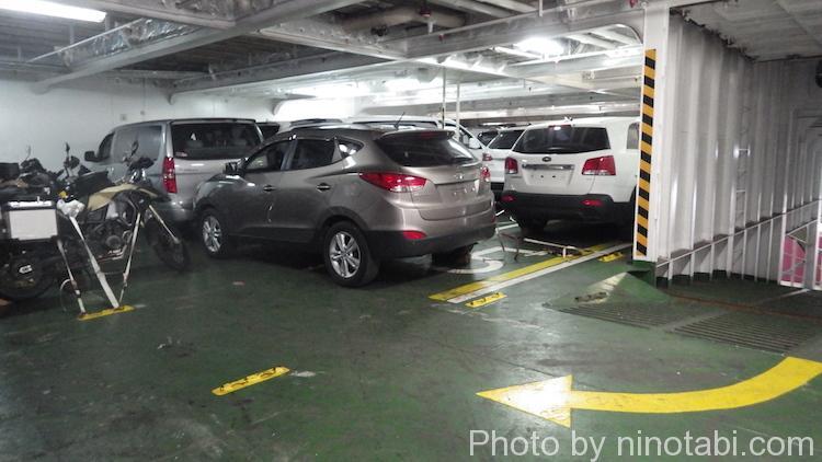 船内倉庫で固定された車両