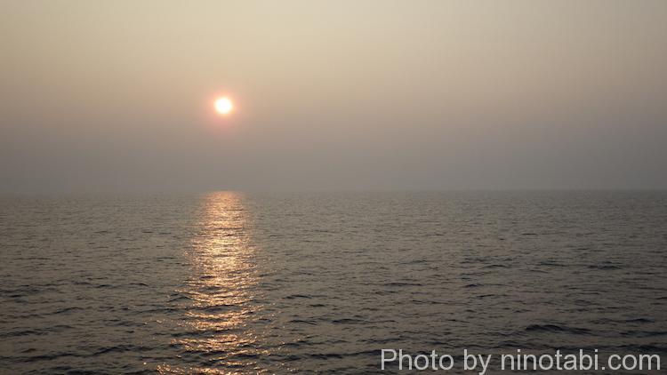 リーさんと一緒に船から見た朝日