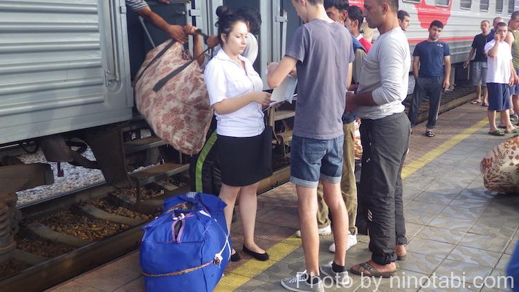 どことなくアジア感のある大きめの荷物