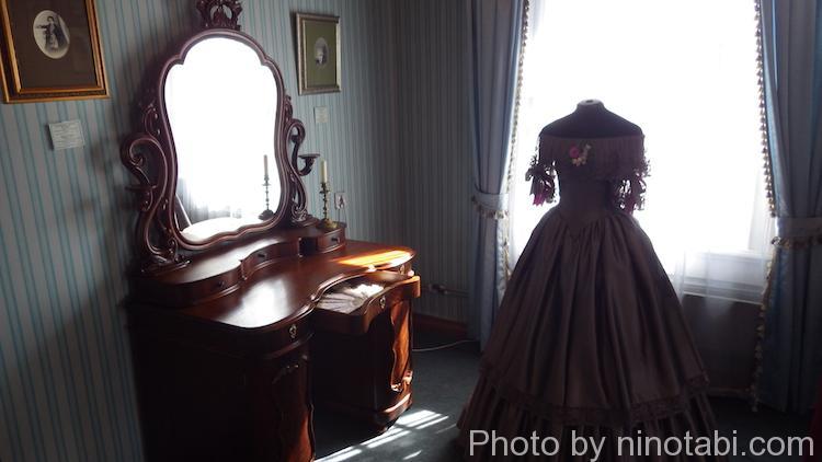 化粧鏡とドレス
