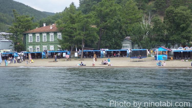 バイカル湖岸で遊ぶ人たちの様子