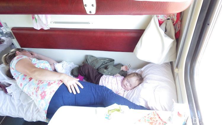 お昼寝中の赤ちゃん