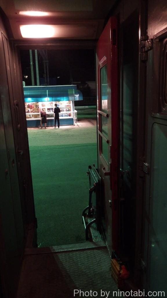 売店で夜食を買う人たち