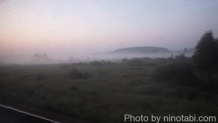 朝焼けの霧の中