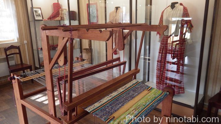 民族衣装の機織り機