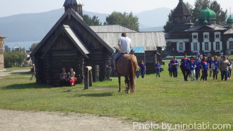 馬に乗るディマ
