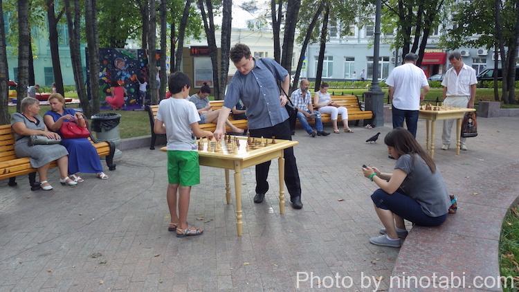 子どもとチェスを楽しむ通行人