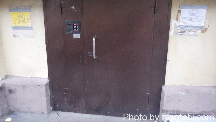 開いたり閉まったりな宿の扉