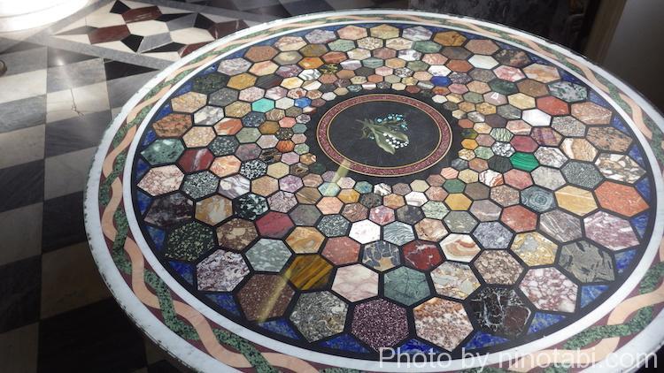 タイル模様のテーブル