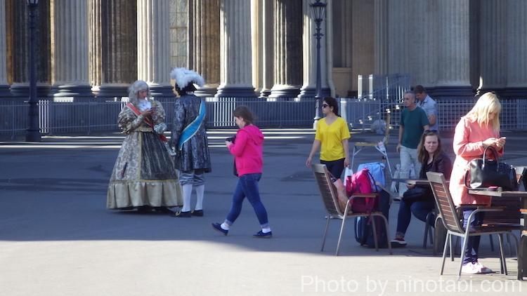 観光客相手に記念撮影用の衣装を着た人たち