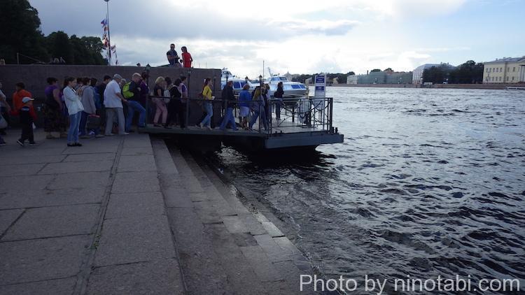 遊覧船に乗る人たち