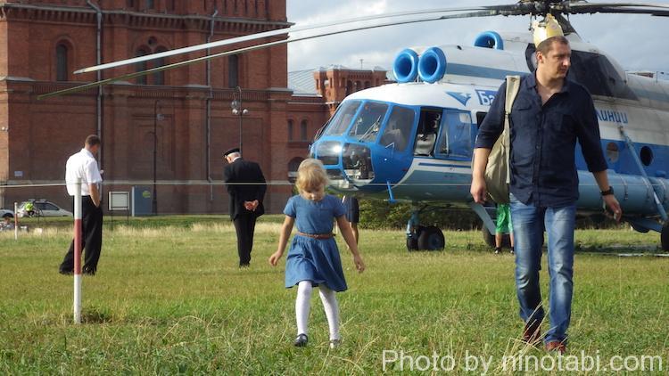 ヘリコプターの遊覧飛行から降りてきた親子