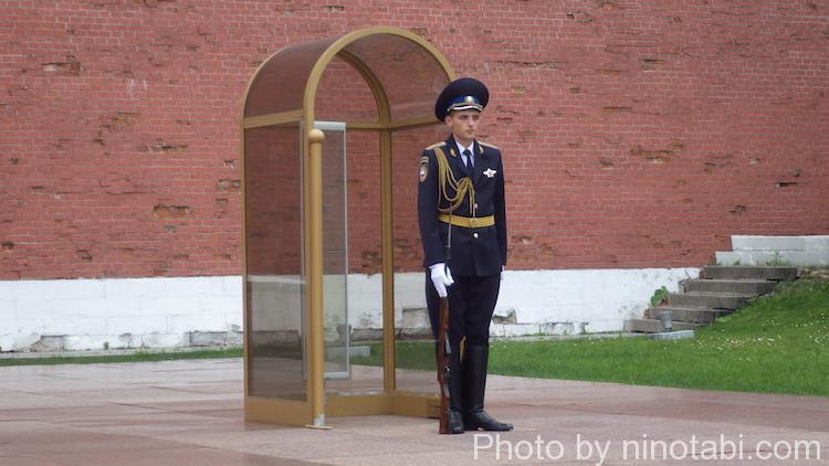 無名戦士の墓の衛兵は今日は制服
