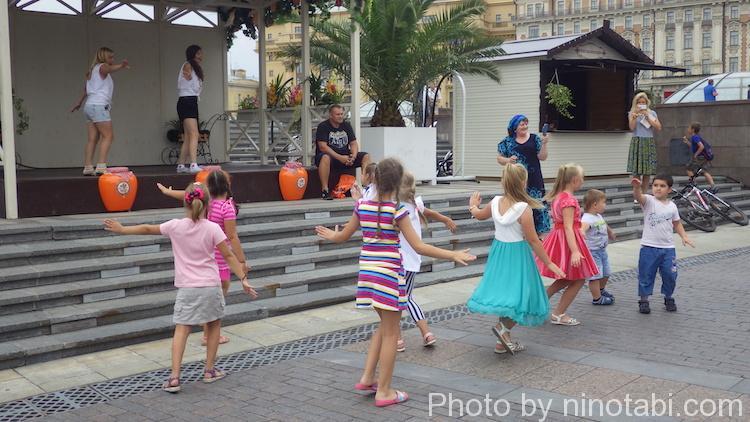みんなで踊って遊ぶ子ども達