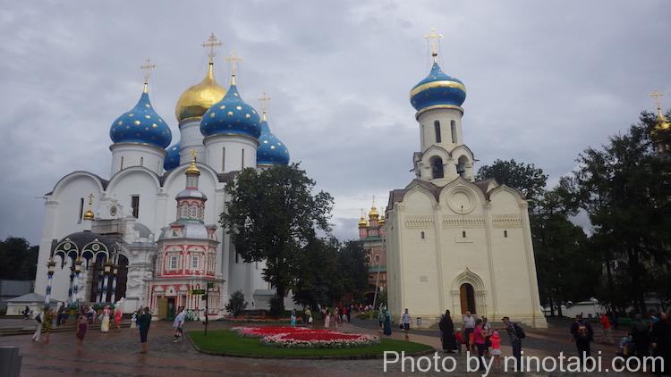 左の建物がウスペンスキー大聖堂