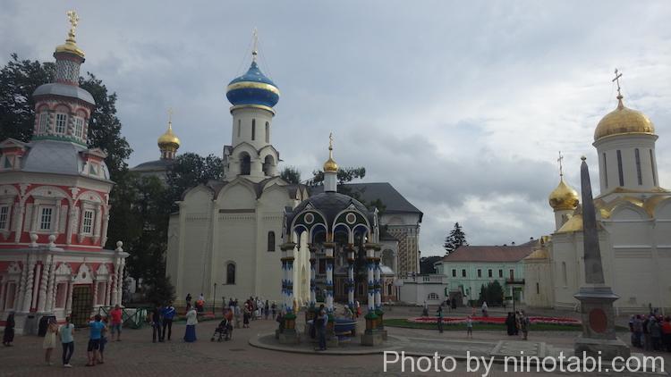 右の金の屋根の建物がトロイツキー聖堂