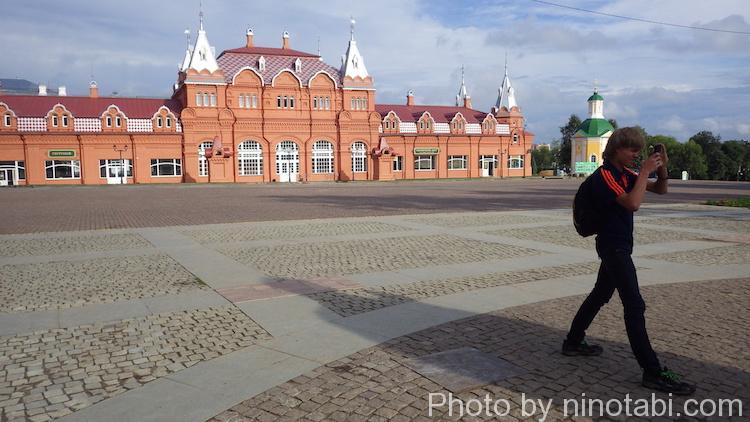 修道院の写真を撮るマキシム