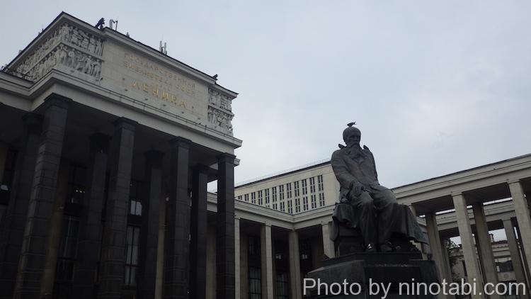 ロシア国立図書館前のドストエフスキー像