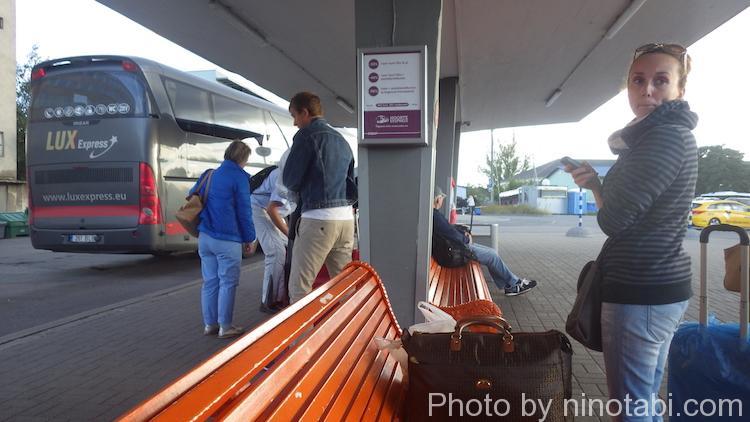 出発するLux Expressのバス