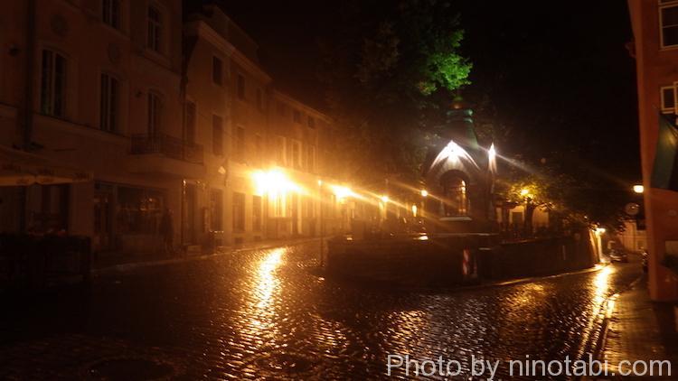 夜の雨の旧市街