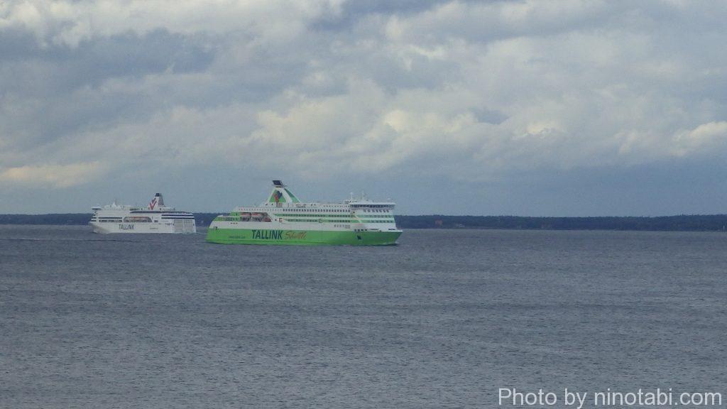 緑色のクルーズ船