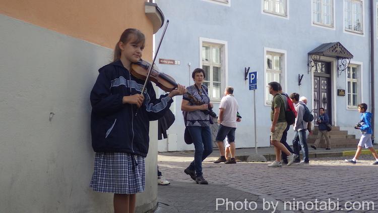 ヴァイオリンを弾く女の子