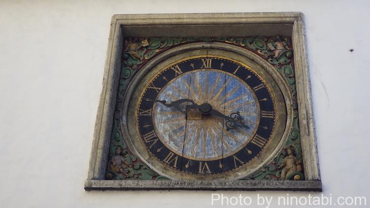精霊教会の大時計の彫像