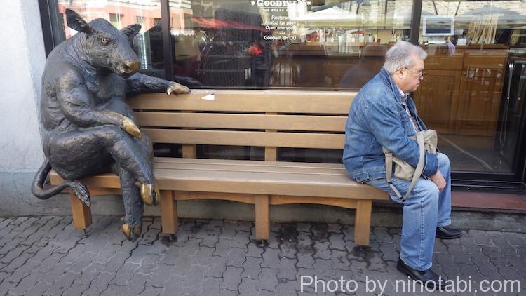 ベンチの彫像