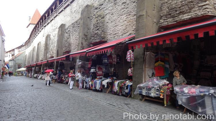 城壁下の服屋
