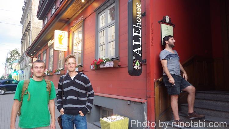 カフェの前でアルトゥーとロディオン