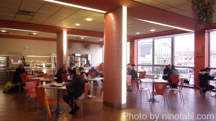バスターミナル内のカフェ