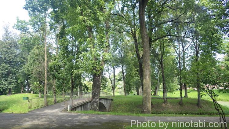 イェルガヴァ城の前の公園