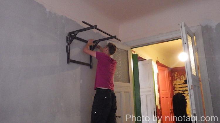 壁にトレーニング器具を取り付けてるところ